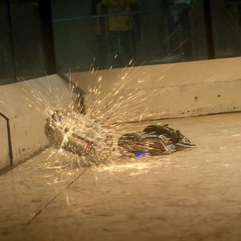 Robô Federal MT, na Final, contra Touro da Equipe RioBotz (PUC RIO)